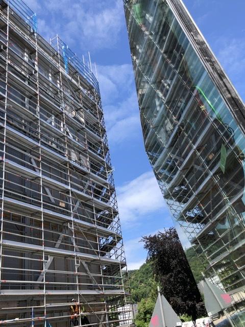 Fassadenmontage! Die ersten 1000kg Glas hängen am Haken