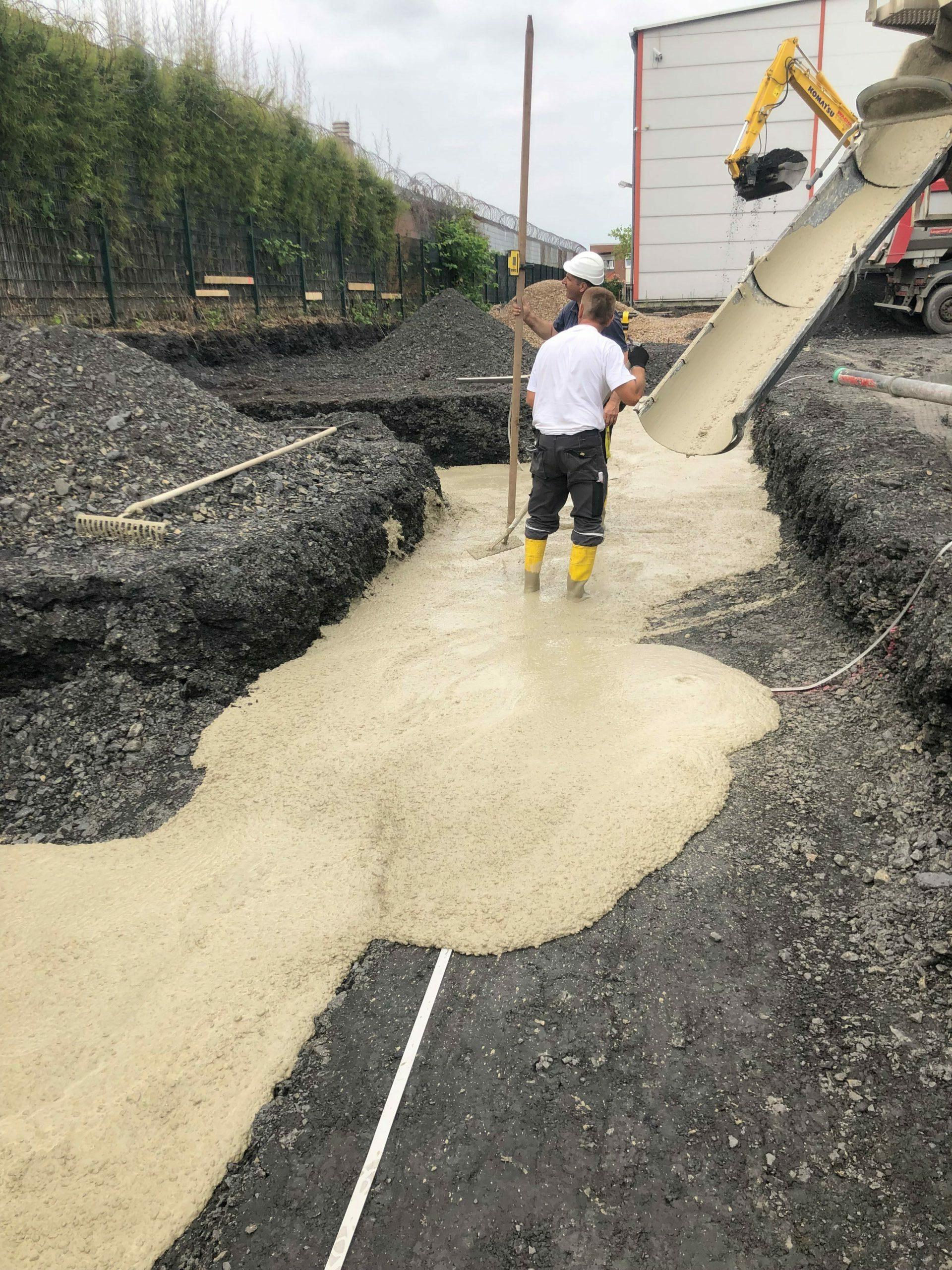 Der erste Beton fließt auf der Baustelle